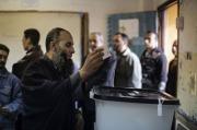 Un Égyptien vote lors du referendum sur la Constitution, le 15 décembre 2012 au Caire.