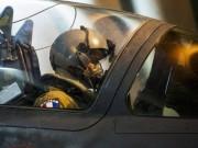 Un pilote français se préparant à survoler le Mali (AP).