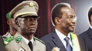 Le leader des putschistes Amadou Sanogo (à gauche) et le président malien Dioncounda Traoré (à droite), le 12 avril 2012 à Bamako. (REUTERS)
